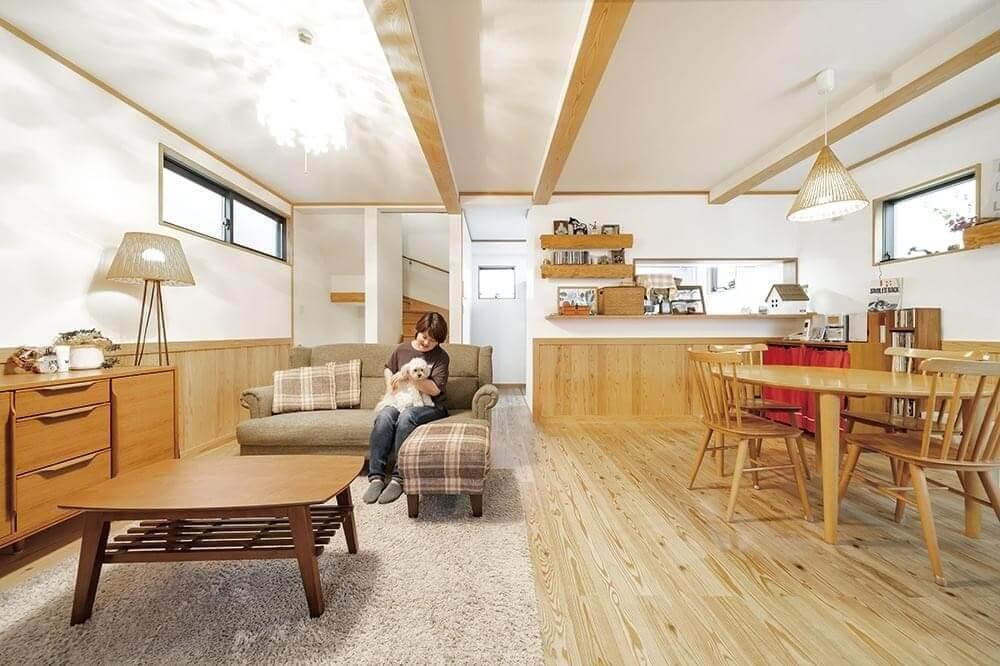 床や腰壁には無垢の杉材を採用